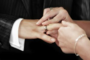 ring om vinger huwelijk
